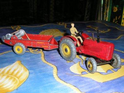 tracteur agricole massey harris et sa remorque epandeur d 39 engrais collection voitures. Black Bedroom Furniture Sets. Home Design Ideas